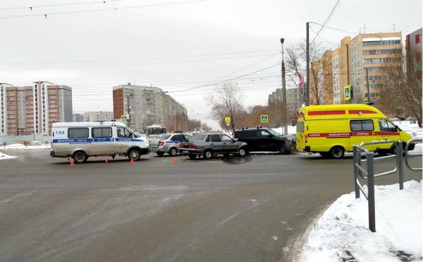 В Кургане на перекрестке в Заозерном столкнулись два автомобиля